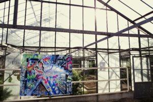 Kunstausstellung in einem Gewächshaus